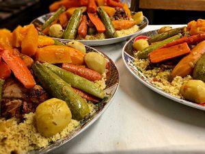 Trois grandes assiettes de couscous royal
