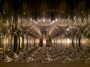Rangées de flûtes à champagne
