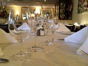 mise en place de la table - verres de vin vue rapprochée